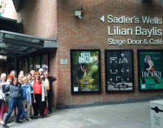 Die Community Tanz 60 plus des Festspielhaus St. Pölten mit einem Gastspiel beim Elixier Festival in Sadler's Wells London!